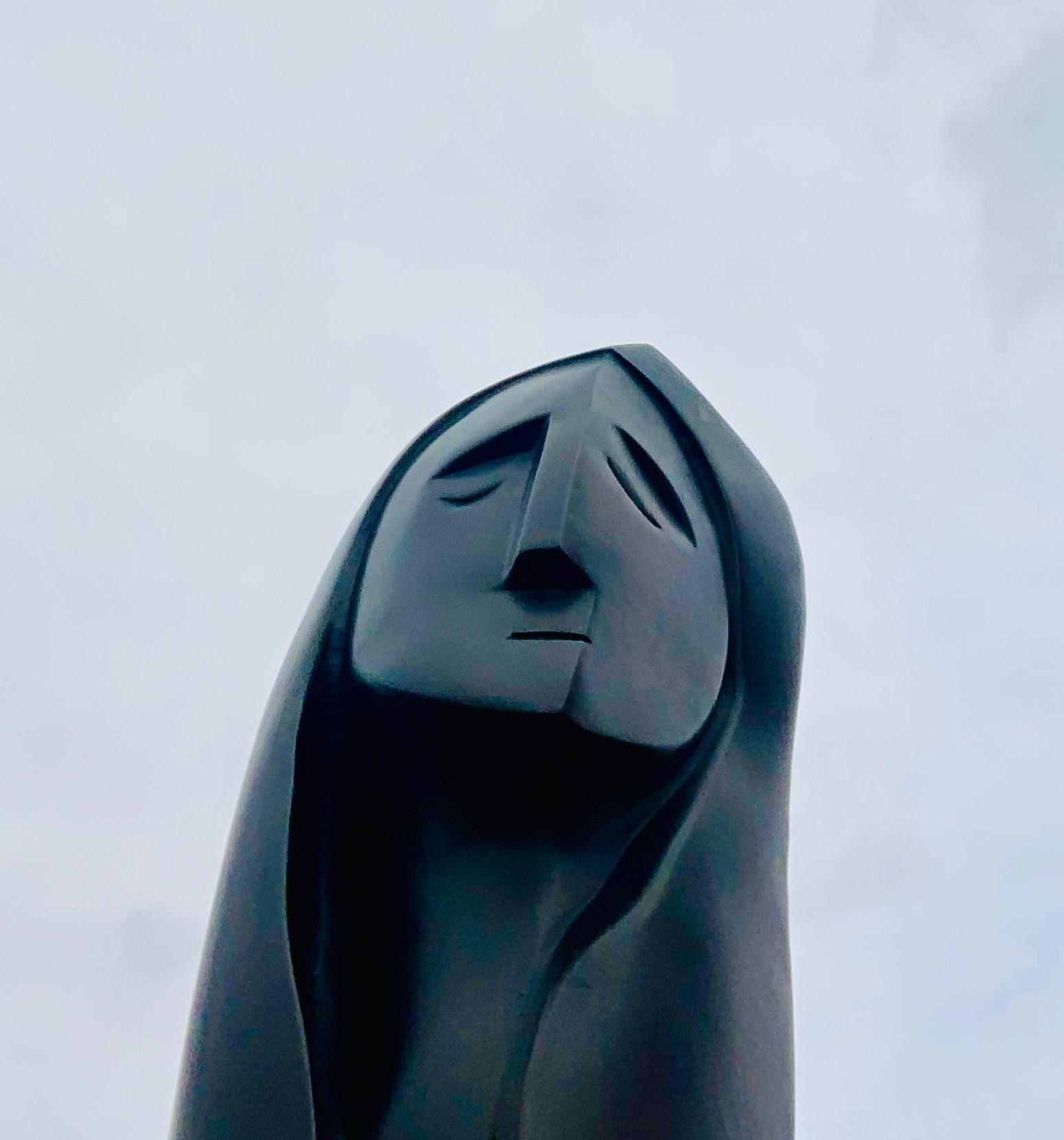 Modern bronzen beeld van een vrouw